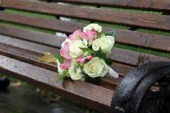Schöner Hochzeitsblumenstrauß, der auf einer Bank liegt stockbild