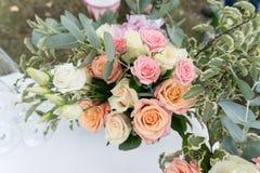 Schöner Hochzeitsblumenstrauß der Rosen Brautdesignerblumenstrauß von Rosen Lizenzfreies Stockfoto