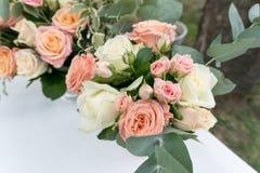 Schöner Hochzeitsblumenstrauß der Rosen Brautdesignerblumenstrauß von Rosen Lizenzfreie Stockfotos