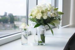 Schöner Hochzeitsblumenstrauß in einem Glasvase lizenzfreie stockfotografie