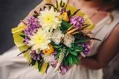 Schöner Hochzeitsblumenstrauß Stilvolle Heiratsblumenstraußbraut von rosa Rosen, weiße Gartennelke, grüne Blumen stockfotografie