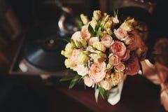 Schöner Hochzeitsblumenstrauß Stilvolle Heiratsblumenstraußbraut von rosa Rosen, weiße Gartennelke, grüne Blumen lizenzfreie stockfotografie