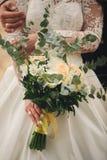 Schöner Hochzeitsblumenstrauß Stilvolle Heiratsblumenstraußbraut von rosa Rosen, weiße Gartennelke, grüne Blumen lizenzfreies stockbild