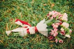 Schöner Hochzeitsblumenstrauß Stilvolle Heiratsblumenstraußbraut von rosa Rosen, weiße Gartennelke, grüne Blumen lizenzfreies stockfoto