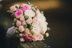 Schöner Hochzeitsblumenstrauß Stilvolle Heiratsblumenstraußbraut von rosa Rosen, weiße Gartennelke, grüne Blumen lizenzfreie stockfotos