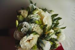 Schöner Hochzeitsblumenstrauß Stilvolle Heiratsblumenstraußbraut von rosa Rosen, weiße Gartennelke, grüne Blumen lizenzfreie stockbilder