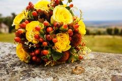 Schöner Hochzeitsblumenstrauß und -ringe Stockfotografie