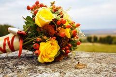 Schöner Hochzeitsblumenstrauß und -ringe Lizenzfreies Stockfoto