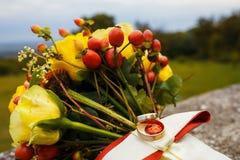 Schöner Hochzeitsblumenstrauß und -ringe Lizenzfreie Stockfotos