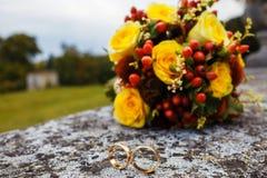 Schöner Hochzeitsblumenstrauß und -ringe Lizenzfreie Stockbilder