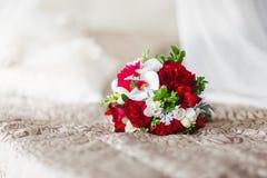 Schöner Hochzeitsblumenstrauß von den roten Pfingstrosen und Stockfoto