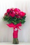 Schöner Hochzeitsblumenstrauß von roten Rosen Stockbilder