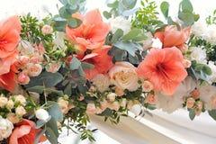 Schöner Hochzeitsbogen, verziert mit weißem Stoff und Blumen, Nahaufnahme Stockfotografie