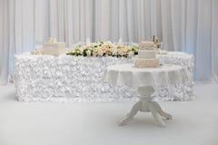 Schöner Hochzeitskuchen auf der Tabelle Lizenzfreies Stockbild