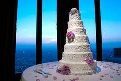 Schöner Hochzeitskuchen an einem Hochzeitsempfang Stockbild
