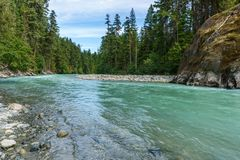 Schöner hoher Berg Green River in Nairn fällt provinzielles Park-Britisch-Columbia Kanada Stockfotografie