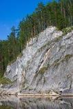 Schöner hoher Felsen auf dem Fluss lizenzfreie stockfotografie