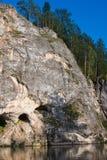 Schöner hoher Felsen auf dem Fluss lizenzfreie stockbilder