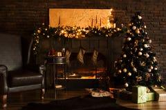 Schöner holdiay verzierter Raum mit Weihnachtsbaum mit Geschenken unter ihm stockfoto