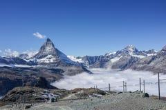 Schöner ikonenhafter Berg Matterhorn mit klarem blauem Himmel und mis lizenzfreie stockfotos