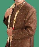 Schöner Indisch-pakistanischer Sahnebräutigam Dress lizenzfreies stockfoto