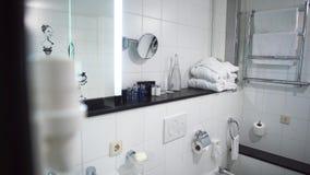 Schöner Innenraum des Badezimmers im modernen Hotel Kamera bewegt sich rechts stock footage
