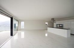 Schöner Innenraum eines modernen Hauses stockbild