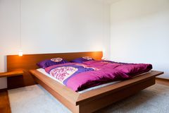 Schöner Innenraum eines modernen Schlafzimmers Stockfotografie