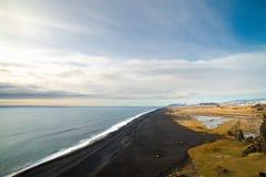 Schöner Island-Schwarzsandstrand Stockfoto