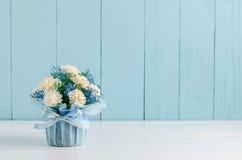 Schöner Jasminblumenblumenstrauß mit Bogen des blauen Bandes Stockbild