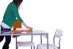 Schöner Jugendlicher, der die Tabelle vorbereitet Lizenzfreies Stockbild