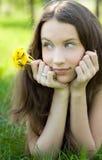 Schöner Jugendlicher mit Löwenzahnblumenstrauß lizenzfreie stockfotografie