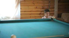 Schöner Junge, der Billard spielt stock video footage