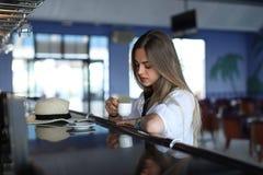 Schöner junger blonder trinkender Kaffee Attraktives M?dchen, das im Kaffee sitzt Entspannung Krasnodar Gegend, Katya sommerzeit stockfotografie