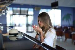 Schöner junger blonder trinkender Kaffee Attraktives M?dchen, das im Kaffee sitzt Entspannung Krasnodar Gegend, Katya sommerzeit lizenzfreies stockbild
