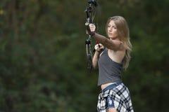 Schöner junger blonder weiblicher Bogenschütze mit Verbundbogen Lizenzfreie Stockfotos