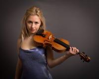 Schöner junger blonder weiblicher Violinist Lizenzfreies Stockbild
