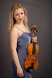 Schöner junger blonder weiblicher Violinist Stockfoto