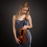 Schöner junger blonder weiblicher Violinist Stockbilder