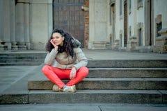 Schöner junger Brunette, der in den Stadtstraßen aufwirft Lizenzfreie Stockfotos