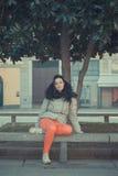 Schöner junger Brunette, der in den Stadtstraßen aufwirft Lizenzfreies Stockbild