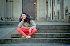 Schöner junger Brunette, der in den Stadtstraßen aufwirft Stockfotos