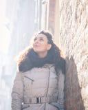 Schöner junger Brunette, der in den Stadtstraßen aufwirft Stockbild