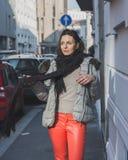 Schöner junger Brunette, der in den Stadtstraßen aufwirft Stockfotografie