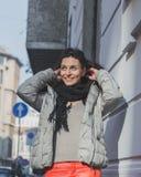 Schöner junger Brunette, der in den Stadtstraßen aufwirft Lizenzfreies Stockfoto