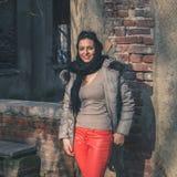 Schöner junger Brunette, der in den Stadtstraßen aufwirft Lizenzfreie Stockbilder