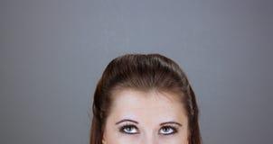 Schöner junger Brunette, der oben schaut Lizenzfreie Stockfotos