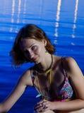 Schöner junger Brunette am Hintergrund des Blaus Stockbild