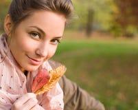Schöner junger Brunette im Herbstpark. Stockfoto