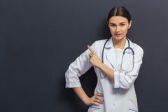 Schöner junger Doktor stockfoto